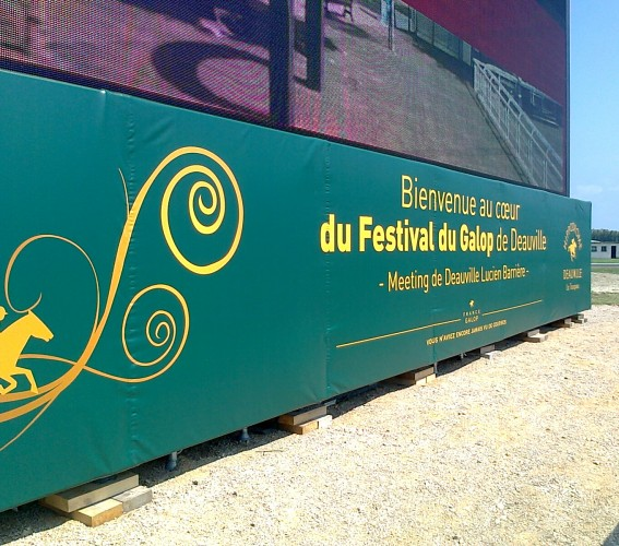 Dressing and branding of giant LED screen LM84 Supervision Hippodrome de Deauville