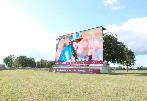 Giant LED screen SUPERVISION LM103 Qatar Prix de l'Arc de Triomphe