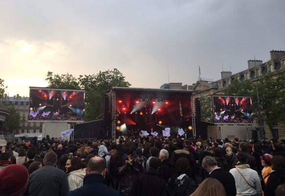 Giant LED screens outdoor Supervision LMC30duo SOS racisme Place de la République
