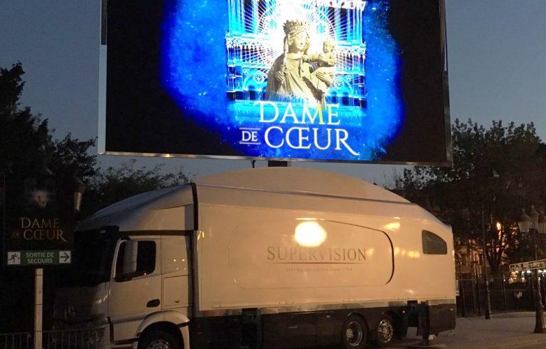 Ecran géant sur camion Supervision LMB46 Spectacle Son et Lumière Dame de Coeur Notre Dame de Paris