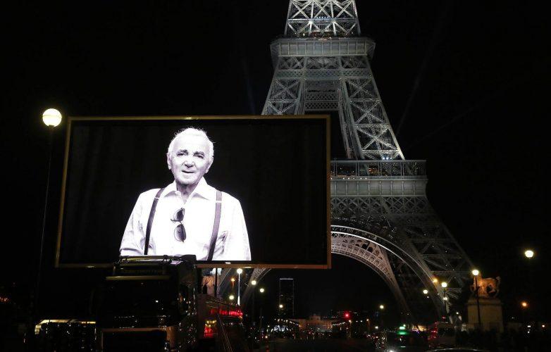 ecran-geant-LED-Supervision-Charles-Aznavour-Tour-Eiffel