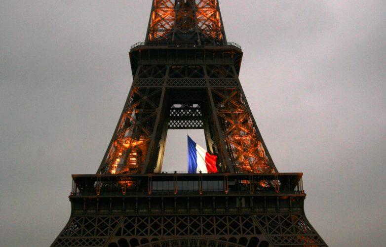 ecran_geant_supervision_hommage_parisiens_mairie_de_paris1_LM62