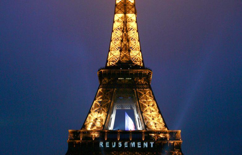 ecran_geant_supervision_hommage_parisiens_mairie_de_paris_LM62