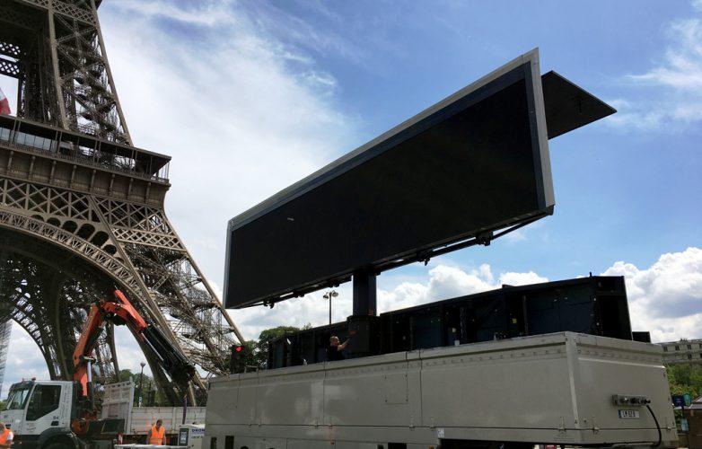 ecran_geant_supervision_hommage_parisiens_mairie_de_paris_LM62-7